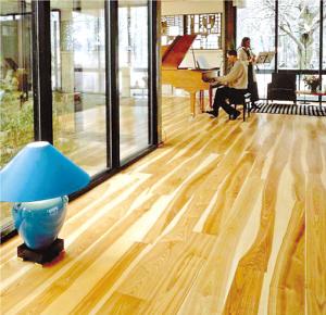 东莞建材市场的木地板价格持续上涨.(资料图片)
