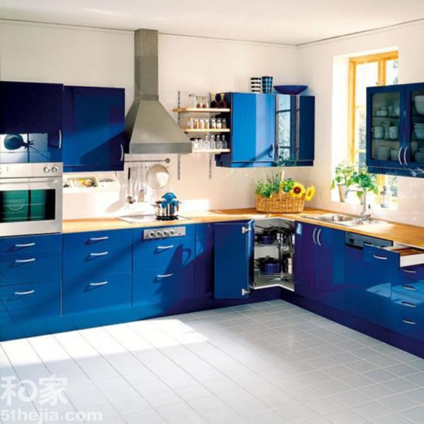 厨房的特性决定了上色的地方不会很多,所以厨柜的颜色基本就决定了厨房的整个色彩基调,小编精选10个厨房着色案例,用不同的色彩意义表现不同的厨房风格,有红色的激情、蓝色的冰艳、橘红的吉祥... Case1:红色激情  五光十色 精选厨柜色彩方案10例 红色激情似火。虽然在厨房,红色是比较常用的颜色,不过一般都是局部一个柜子,中国人通常是比较低调,要用这么抢眼的红色涂在所有的厨柜上,还是需要很大的魄力的,胆大心细才会有创新和突破,用激情四射的红色来点亮你的厨房吧。