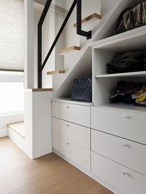 效果.   玄关进门左手边的鞋柜,采用了白色木线板喷漆工艺,呈